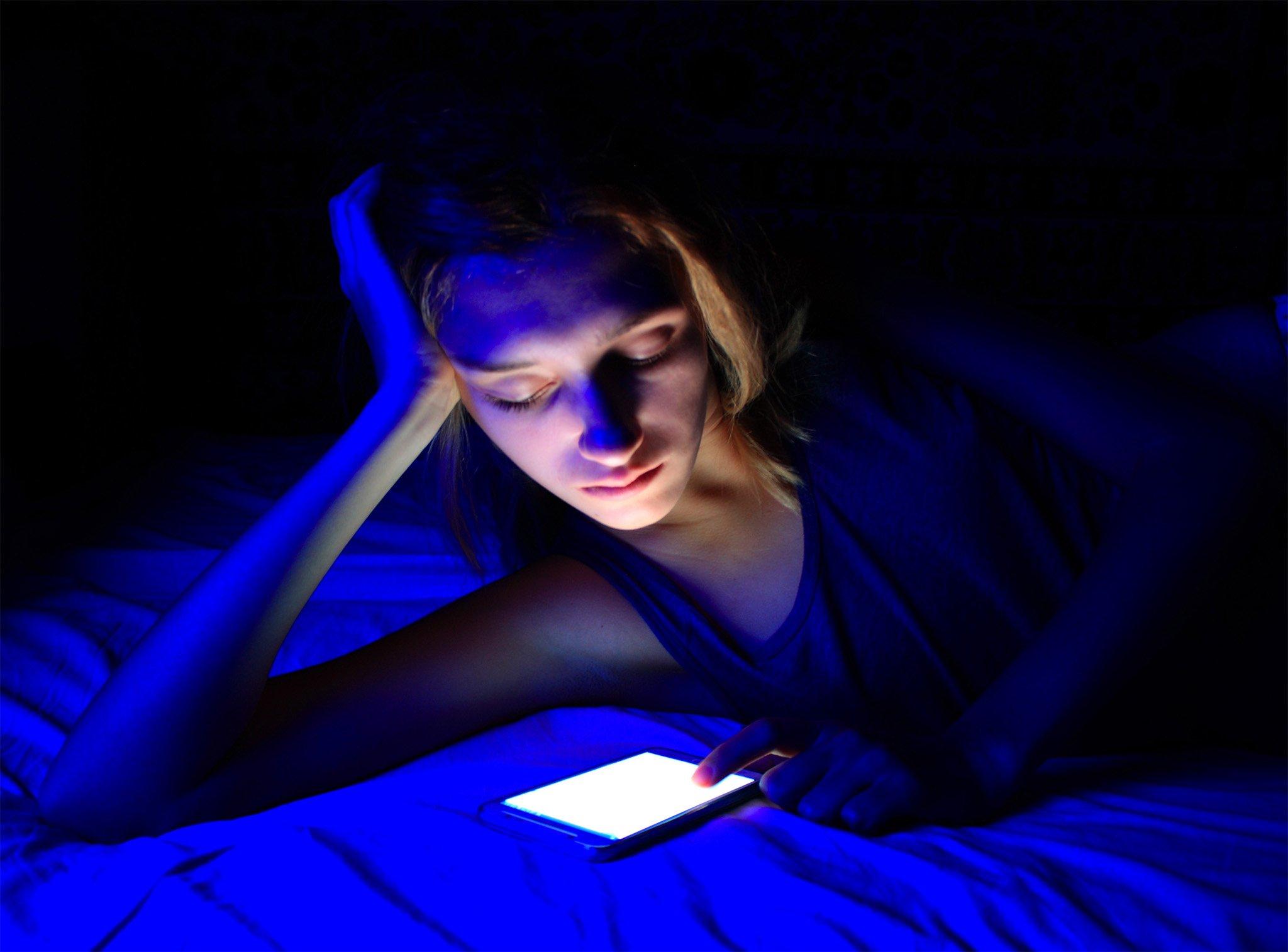 eDoctor - Bạn có biết, tiếp xúc nhiều với ánh sáng xanh sẽ khiến da nhanh lão hóa hơn?