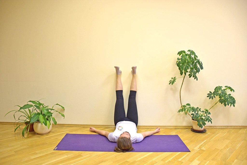eDoctor - Tư thế nằm gác chân lên tường giúp hạn chế thoát vị đĩa đệm và suy giãn tĩnh mạch